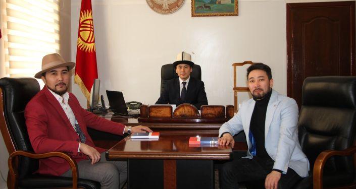 Министр культуры, информации и туризма Нуржигит Кадырбеков встретился с певцами Куралом Чокоевым и Кайратом Примбердиевым. 18 января 2021 года