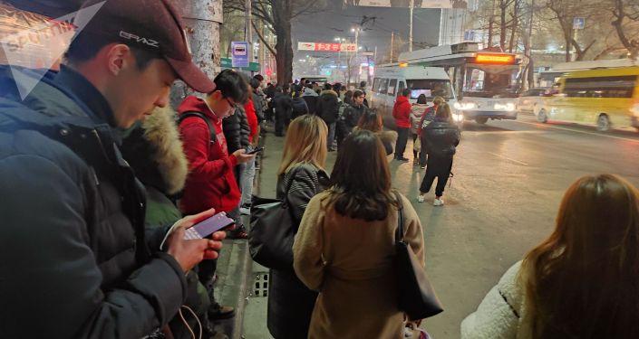 Киев менен Абдрахманов көчөлөрүнүн кесилишиндеги аялдамада турган жүргүнчүлөрдүн саны 100гө жакындаган