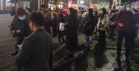 Бишкектеги аялдамаларда маршрутка күткөн эл