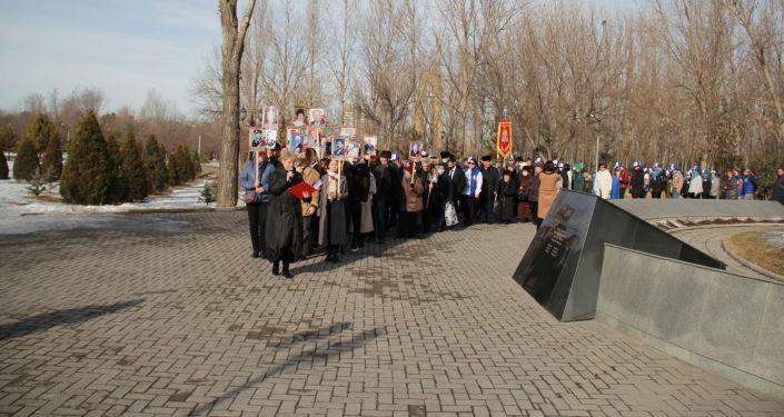 Участники митинга возложили венки к монументу блокадников Ленинграда