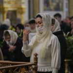 Женщина молится во время празднования Крещение Господне в Свято-Воскресенском кафедральном соборе в Бишкеке