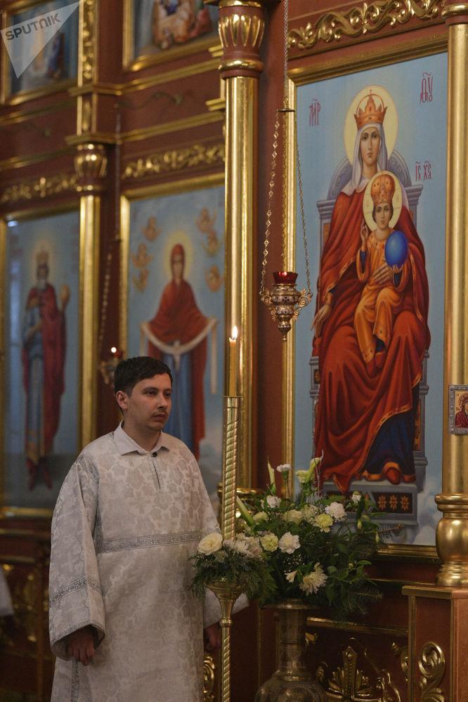 Священнослужитель во время Крещение Господне в Свято-Воскресенском кафедральном соборе в Бишкеке