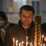 Мужчина ставит свечу во время празднования Крещение Господне в Свято-Воскресенском кафедральном соборе в Бишкеке