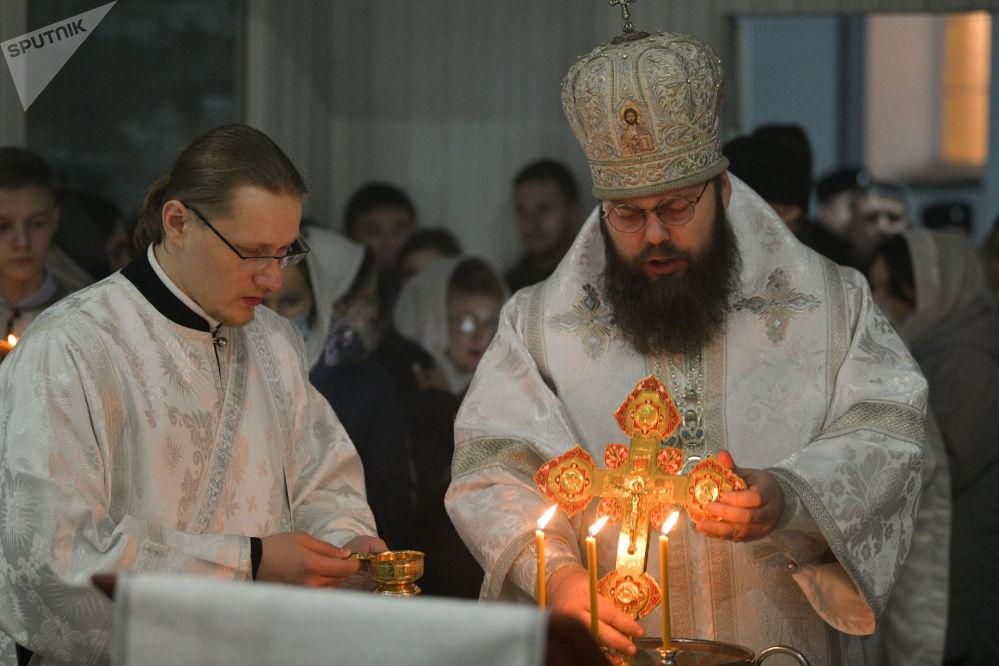 Священнослужители во время Крещение Господне в Свято-Воскресенском кафедральном соборе в Бишкеке