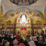 Люди во время молитвы на праздновании Крещение Господне в Свято-Воскресенском кафедральном соборе в Бишкеке