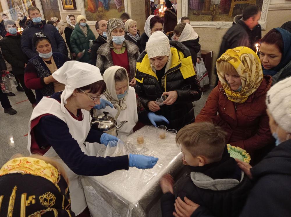 Люди во время празднования Крещение Господне в Свято-Воскресенском кафедральном соборе в Бишкеке