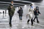 Люди идут по новому подземному пешеходному переходу в московском метро. Архивное фото