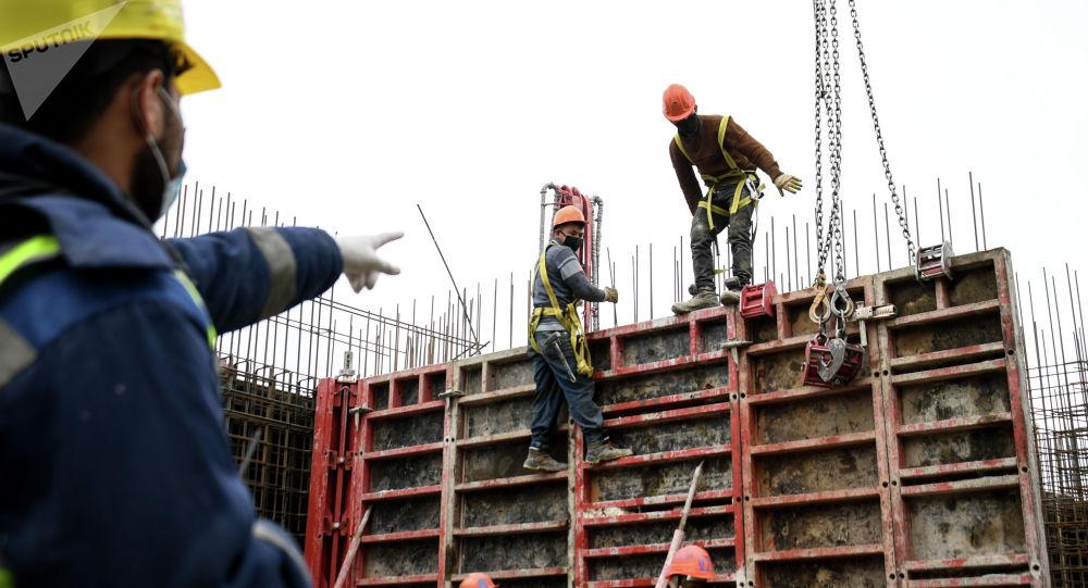 Рабочие на строительстве жилого комплекса Сердце Столицы в Москве.