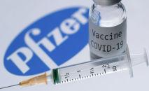 Шприц и флакон с надписью Вакцина Covid-19 рядом с логотипом компании Pfizer