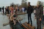 В селе Ленинском Чуйской области провели традиционные крещенские купания. В этом году окунуться в прорубь приехали около 300 человек.