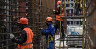 Рабочие на строительстве жилого комплекса в Москве. Архивное фото