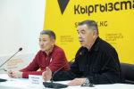 Руководитель общественного фонда Служба спасения в горах и Ассоциации горных гидов Владимир Комиссаров (справа) на брифинге в мультимедийном пресс-центре Sputnik Кыргызстан