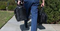 Военный помощник президента США несет ядерный чемоданчик. Архивное фото