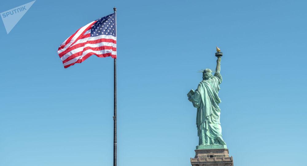 Статуя Свободы в Нью-Йорке и флаг США. Архивное фото