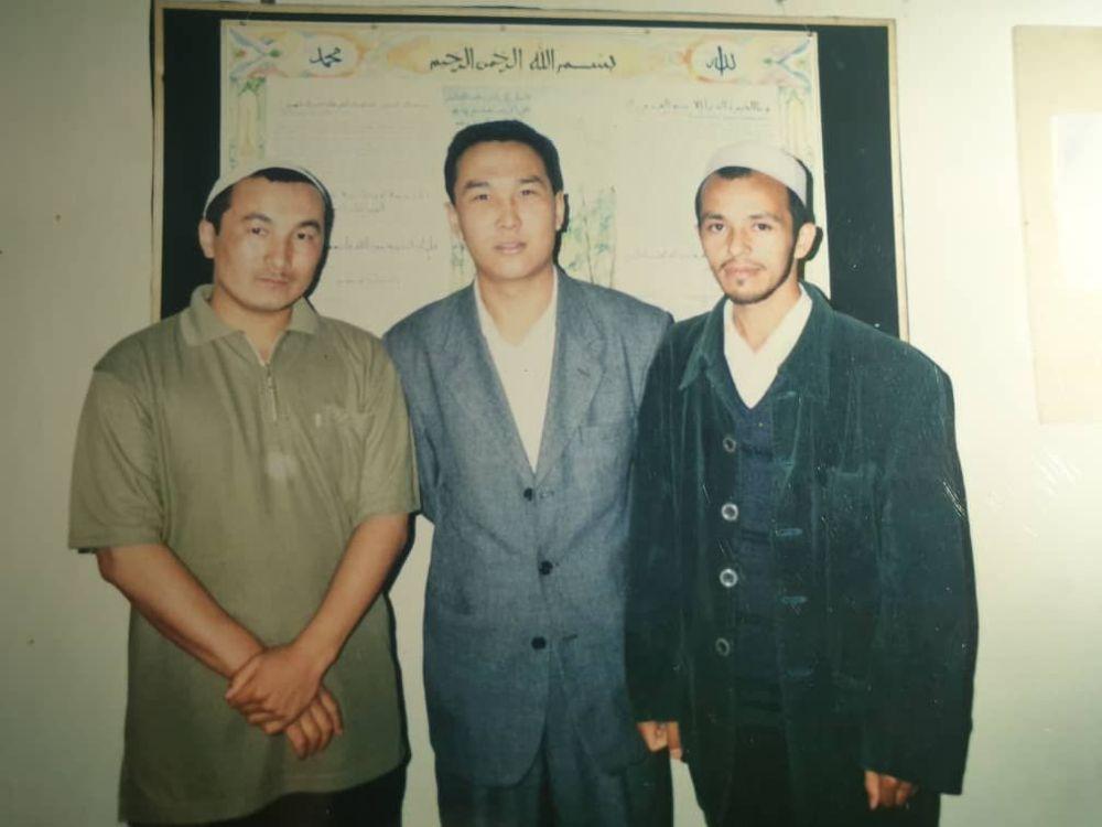 Чубак ажы Кыргызстандагы Ислам университетинде, андан кийин Сауд Аравиядагы Умм ал-Кур университетинде билим алган