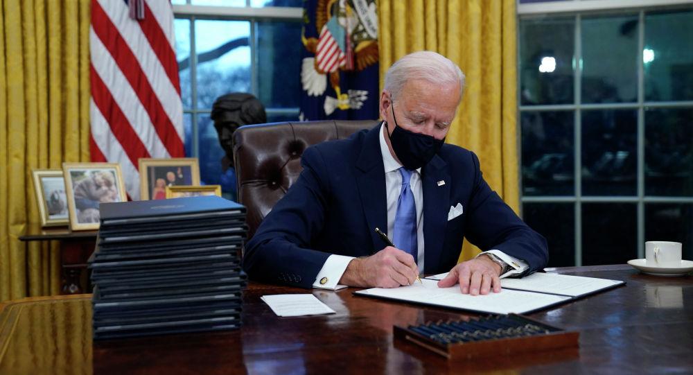 АКШнын президенти Жо Байден кол коюу убагында