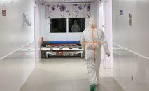Медицинский работник в отделении больницы. Архивное фото