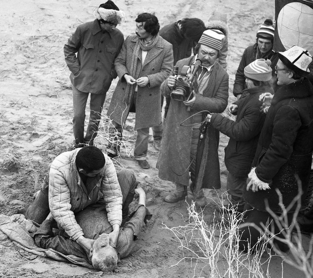 Өзбекстандагы чөлдөгү суукта кызуу иштеген киночулар: камера кармаган Шамшиев, мушташкан актёрлор