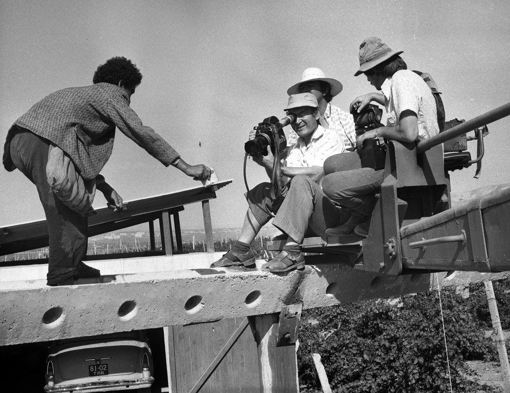Кылмышкердин ролундагы Мурат Мамбетов жана камерасын шыкаалаган Манас Мусаев