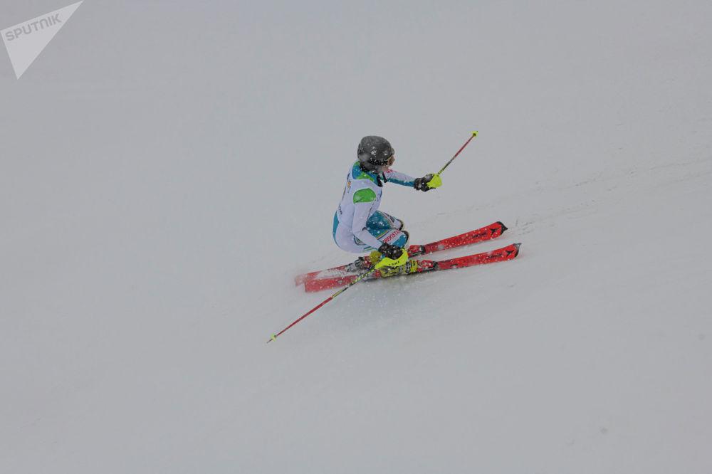 Спортсмен во время выступления на открытом чемпионате по слалому на горнолыжном курорте Орловка