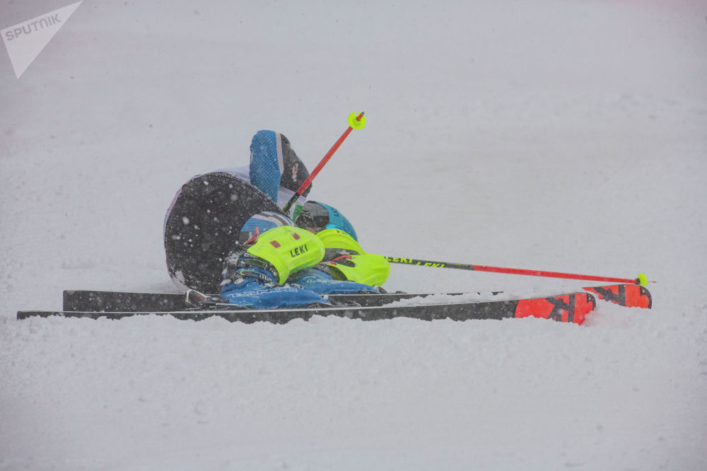 Участник открытого чемпионата по слалому на горнолыжном курорте Орловка