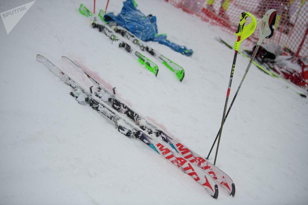 Лыжи участника открытого чемпионата по слалому на горнолыжном курорте Орловка