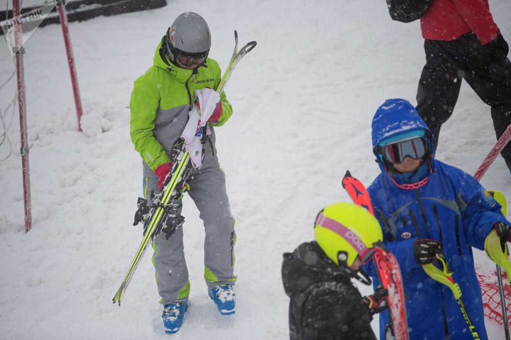 Спортсмены перед выступлением на открытом чемпионате по слалому на горнолыжном курорте Орловка