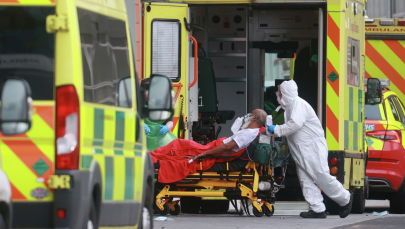 Медицинские работники транспортируют пациента в Королевскую лондонскую больницу, поскольку распространение коронавирусной болезни (COVID-19) продолжается в Лондоне. Архивное фото