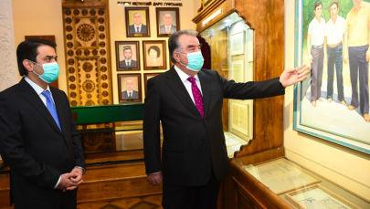 Президент Таджикистана Эмомали Рахмон и его сын, мэр Душанбе Рустам Эмомали открыли в Таджикском национальном университете (ТНУ) музей Лидера нации.