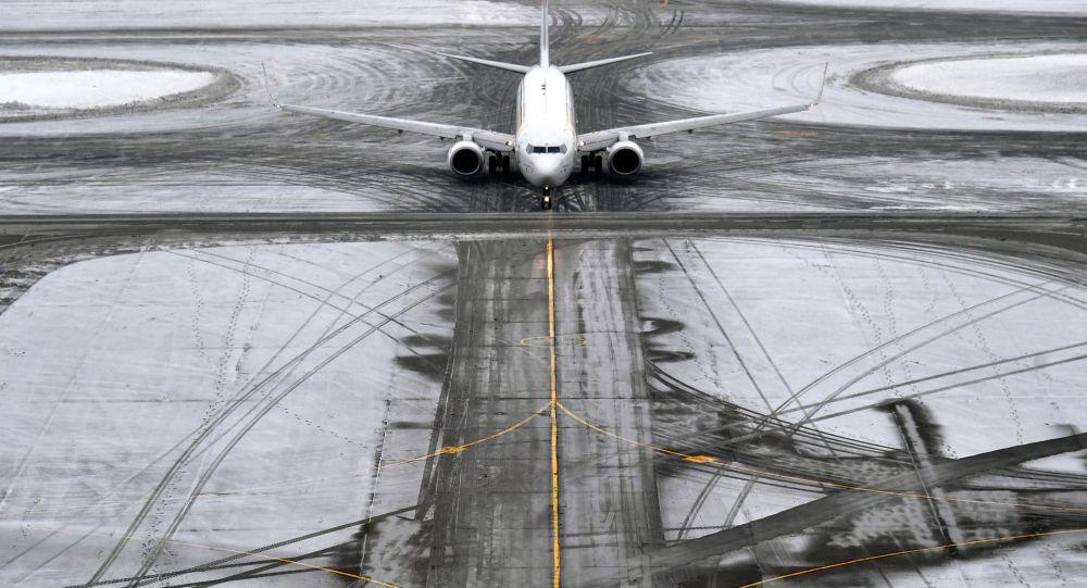 Самолет на рулежной дорожке в аэропорту. Архивное фото
