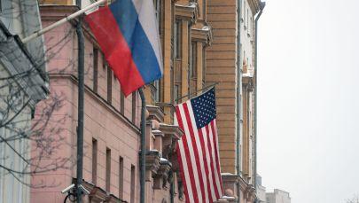 Флаг США на здании посольства на Новинском бульваре в Москве. Архивное фото