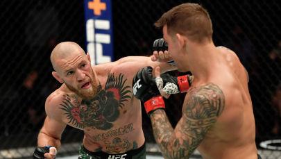 Конор МакГрегор наносит удар Дастину Порье во время UFC 257 на в Абу Даби