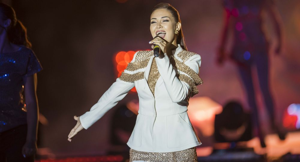 Певица Анжелика Бекболиева во время выступления. Архивное фото