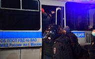 Сотрудники полиции задерживают участников несогласованной акции сторонников Алексея Навального
