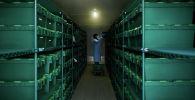 Сотрудник лаборатории забирает тестовые образцы Covid-19 из замороженного хранилища