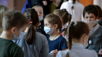 Ученики в школе во время перемены в медицинских масках. Архивное фото