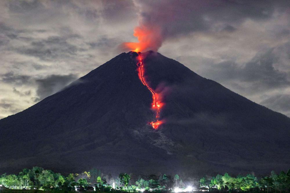 Извержения вулкана Семеру в Лумаджанге, Восточная Ява. 16 января 2021 года