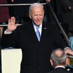 Избранный президент США Джозеф Байден с супругой Джилл Джейкобс во время присяги в Вашингтоне. 20 января 2021 года