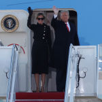 Президент США Дональд Трамп и первая леди Мелания Трамп машут толпе, с самолета Air Force One на базе ВВС Эндрюс, штат Мэриленд. 20 января 2021 года