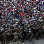Столкновения мигрантов из Гондураса с полицией Гватемалы в Вадо-Хондо. 17 января 2021 г