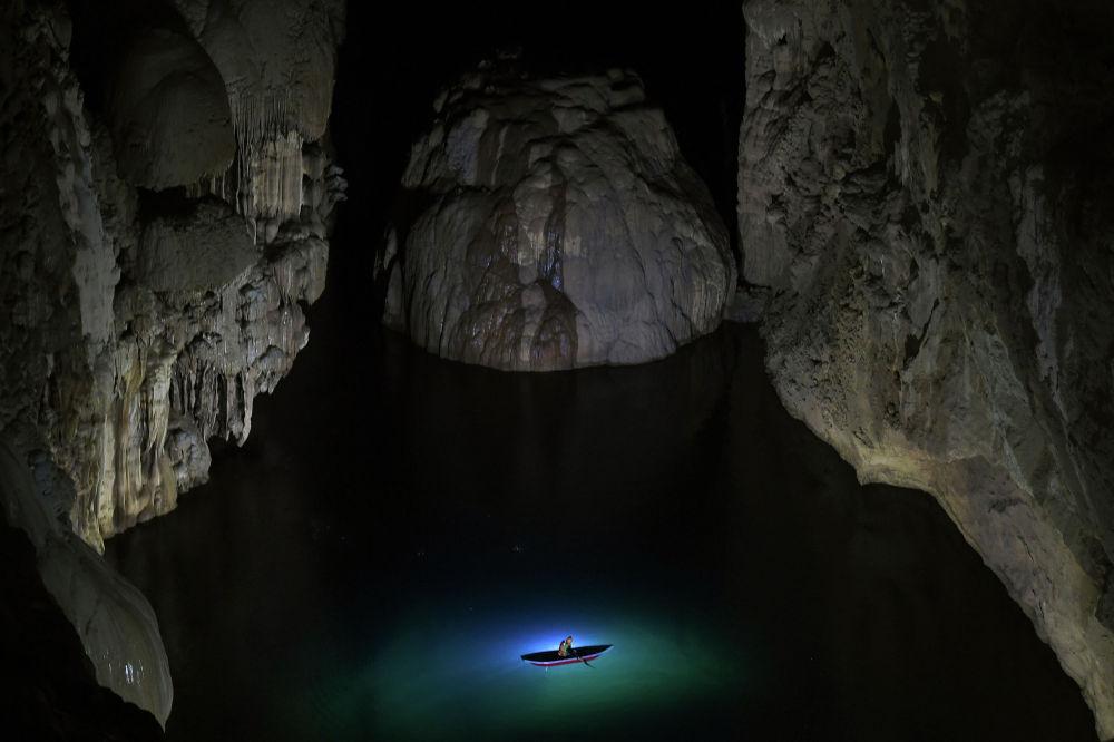 Туристы в пещере Шондонг во Вьетнаме. 19 января 2021 гора