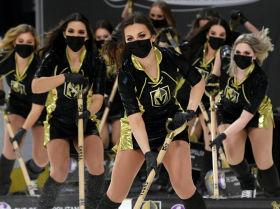 Представители хоккейной команды Knights Guard чистят лед перед игрой в Лас-Вегасе (США)