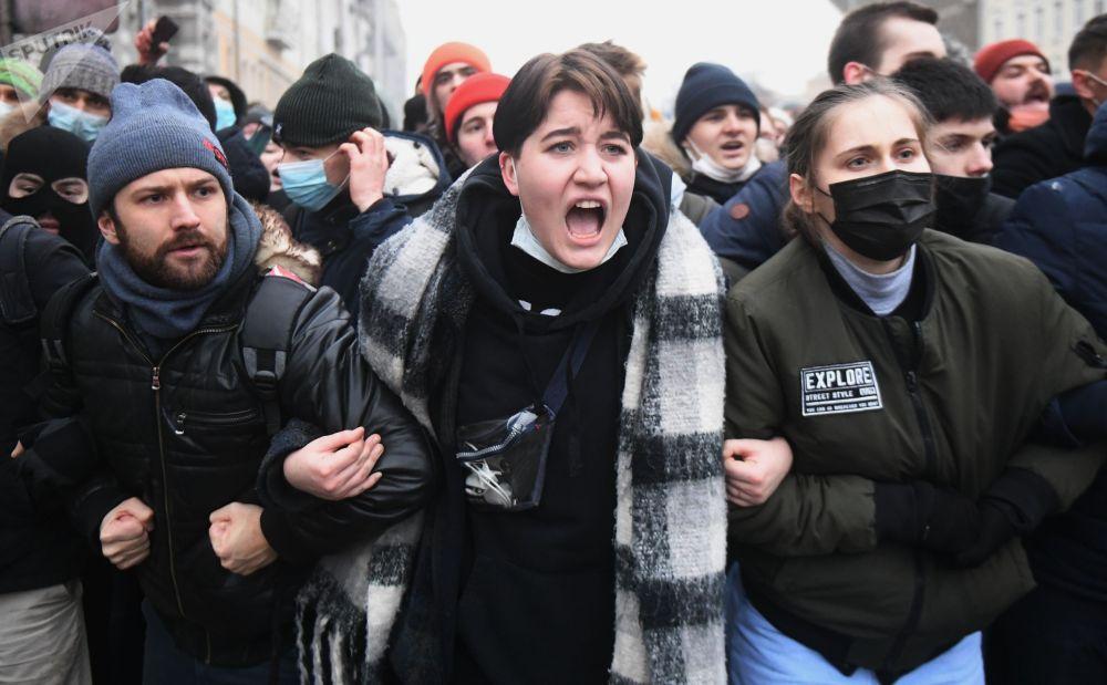 Участники несанкционированной акции сторонников Алексея Навального в Москве