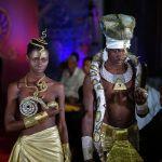 Модели носят творения гаитянского дизайнера Маккенли Дариуса во время показа мод вуду в Порт-о-Пренсе, Гаити, в четверг, 21 января 2021 г.