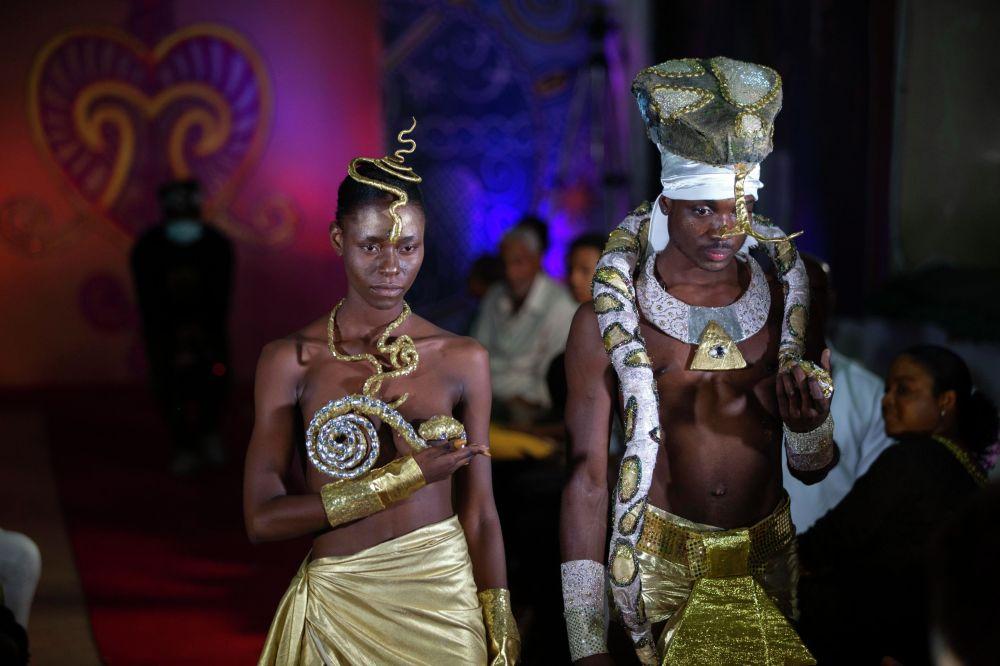 Порт-о-Пренседе (Гаити) вуду мода көргөзмөсүндөгү моделдер