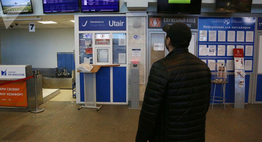 Пассажир у информационного табло с расписанием рейсов в аэропорту. Архивное фото