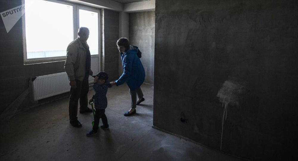 Семья осматривает квартиру нового дома. Архивное фото