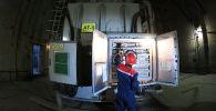 Инженер в машинном зале подстанции. Архивное фото