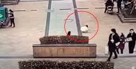 В Китае мальчик, не задумываясь о последствиях, бросил петарду в канализационный люк на оживленной площади и вызвал мощный взрыв.
