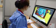 Графический дизайнер во время работы. Архивное фото